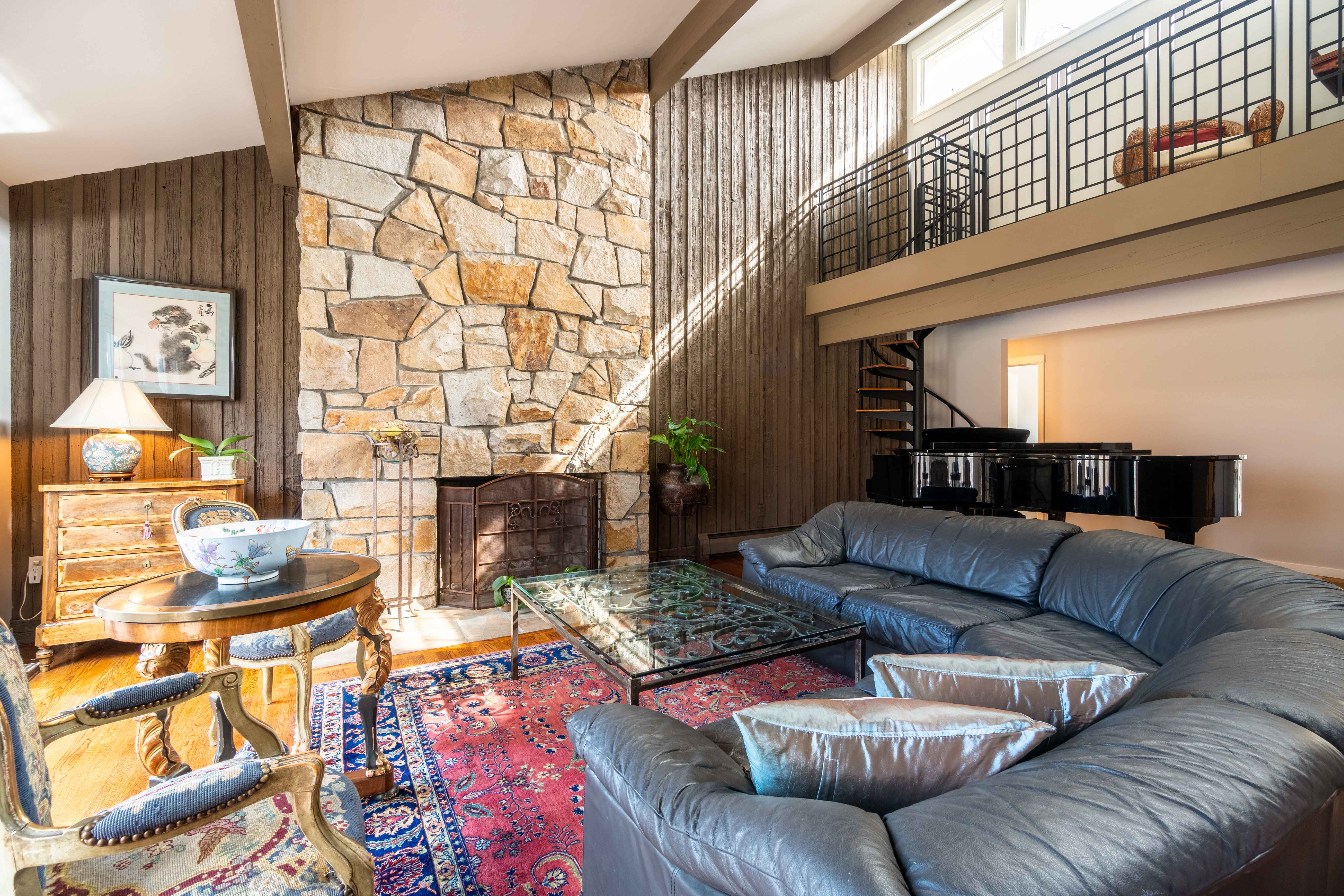 The Cabot House — Sprawling Contemporary in Milton